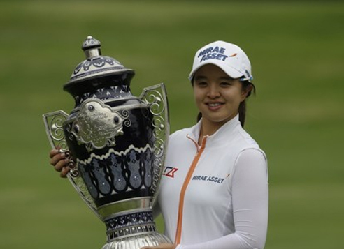 Kim Sei-young of South Korea poses with the champion's trophy after winning the Citibanamex Lorena Ochoa Match Play at Club de Golf Mexico in Mexico City on May 7, 2017. (Yonhap)