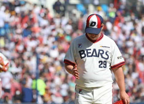 Yoo Hee-kwan of the Doosan Bears reacts after giving up a run against the LG Twins in their Korea Baseball Organization game at Jamsil Stadium in Seoul on May 7, 2017. (Yonhap)