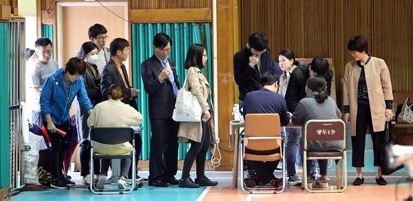 People cast ballots in Gwangju on May 9, 2017. (Yonhap)