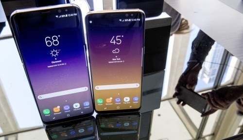 Samsung Galaxy S8 (right) and Galaxy S8 Plus (Yonhap)