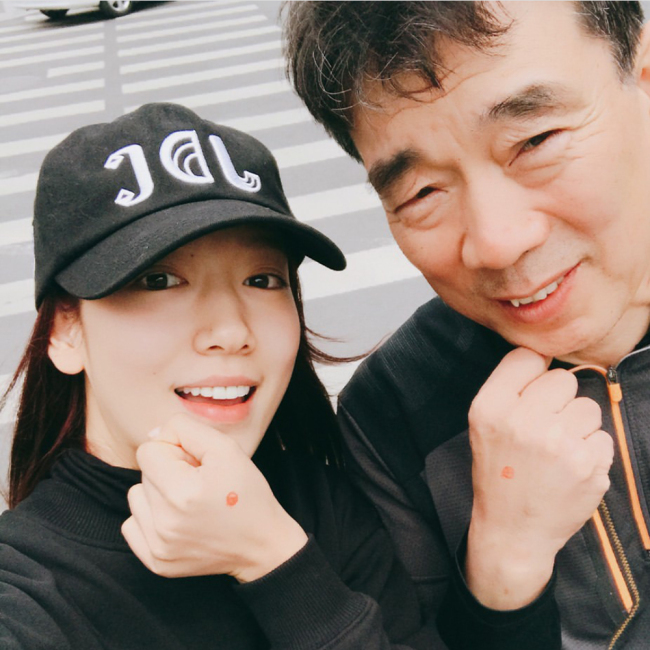 Actress Park Shin-hye poses with her father after voting (Yonhap)