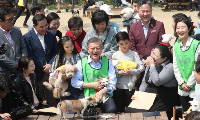 Moon Jae-in talks with pet owners and supporters of animal rights groups at an animal park in Seoul on April 15. (Yonhap)