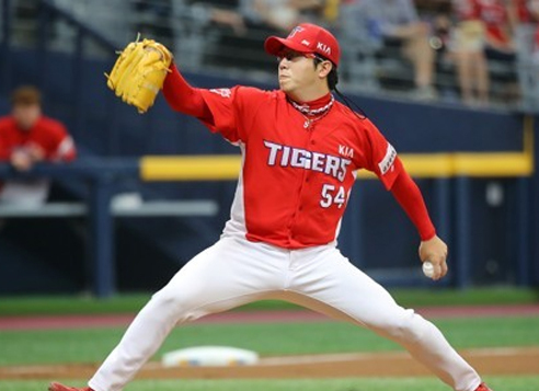 Yang Hyeon-jong of the Kia Tigers throws a pitch against the Nexen Heroes in their Korea Baseball Organization game at Gocheok Sky Dome in Seoul on May 3, 2017. (Yonhap)