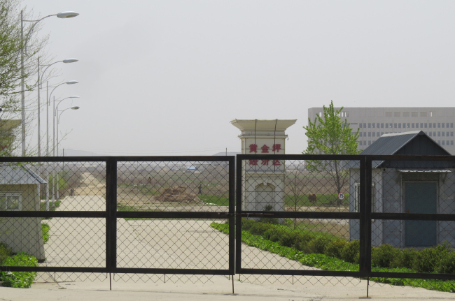 A closed gate at Kaesong industrial park (Yonhap)