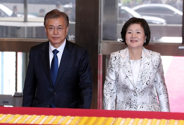 President-elect Moon Jae-in and his wife Kim Jung-sook enter the National Assembly to attend the inauguration ceremony in Seoul on Wednesday. (Joint Press Corps)