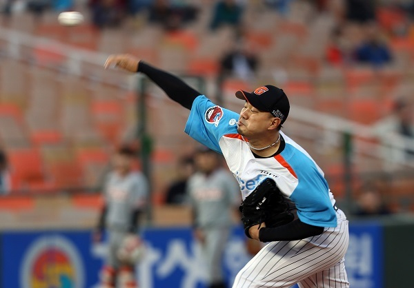 Song Seung-jun of the Lotte Giants delivers a pitch against the Hanwha Eagles in their Korea Baseball Organization game at Sajik Stadium in Busan on April 25, 2017. (Yonhap)