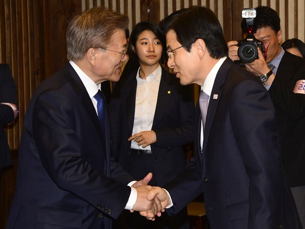 South Korean President Moon Jae-in (left) shakes hand with Prime Minister Hwang Kyo-ahn at the National Assembly in Seoul on May 10, 2017. (Yonhap)