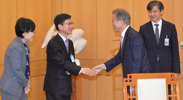 Lee Joung-do, a Ministry of Strategy and Finance director general, shakes hand with President Moon Jae-in at presidential office Cheong Wa Dae on May 11, 2017. (Yonhap)