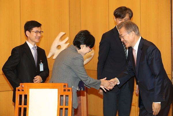 Cho Hyun-ock, an academic and the women and family policy chief of the Seoul City government, shakes hand with President Moon Jae-in at presidential office Cheong Wa Dae on May 11, 2017. (Yonhap)