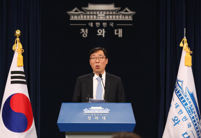 Chief press secretary Yoon Young-chan speaks at a press briefing at Cheong Wa Dae in Seoul on May 12, 2017 (Yonhap)