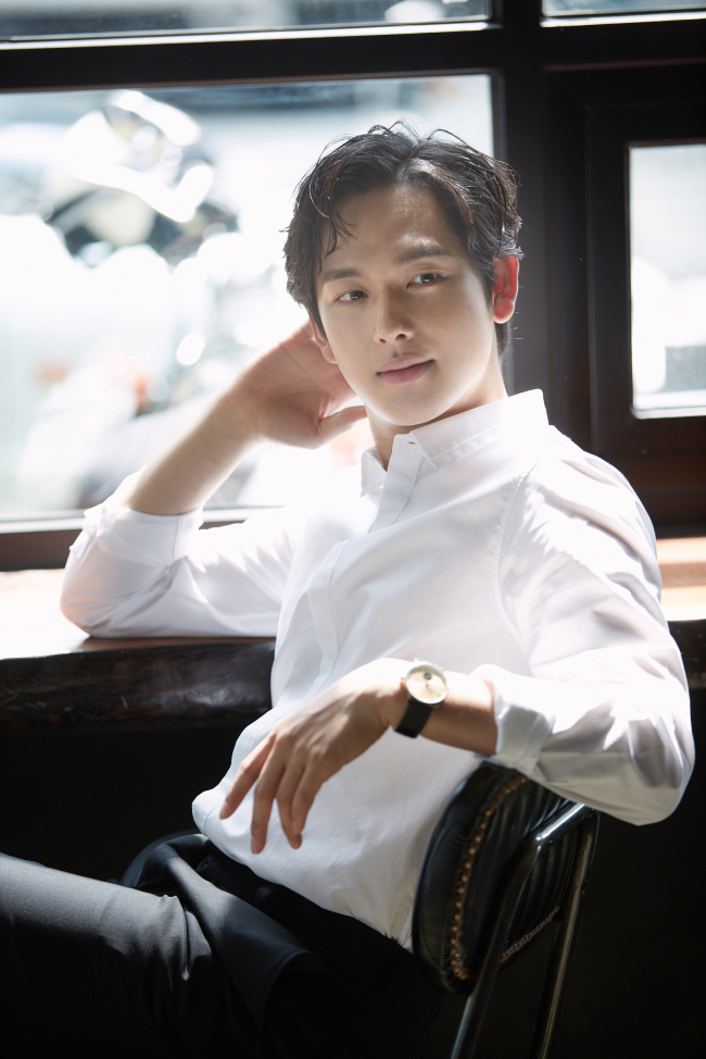 Im Si-wan poses for a photo before an interview at a cafe in Samcheong-dong, Seoul, Thursday. (Hohoho Beach)