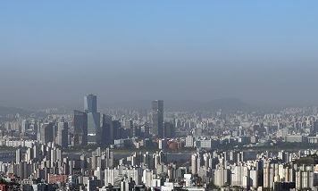 Seoul's sky shows stark differences in colors as it is blanketed in a layer of fine dust and pollutants Monday. The fine dust level recorded average in Seoul on the day, the National Institute of Environmental Research said. (Yonhap)