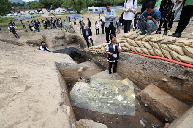 An official of the Gyeongju National Research Institute of Cultural Heritage, under the Cultural Heritage Administration, explains to reporters Tuesday about the discovery made at the west walls of Wolseong Palace in Gyeongju, North Gyeongsang Province. (Yonhap)