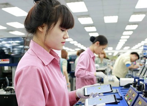 This undated file photo shows workers at a Samsung Electronics cellphone plant in Vietnam. (Samsung)