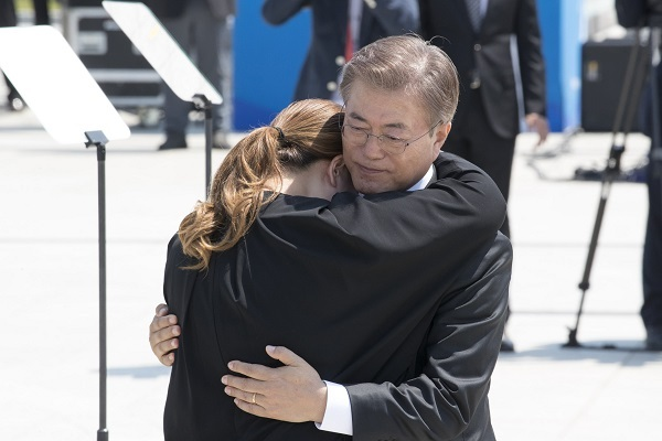 President Moon Jae-in hugs Kim So-hyung, whose father was killed during the May 18th Gwangju Uprising, during a ceremony marking the 37th anniversary of the democratic movement in the southern city of Gwangju on Thursday. (Yonhap)