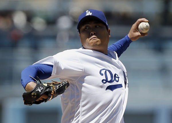 Ryu Hyun-jin of the Los Angeles Dodgers delivers a pitch against the Miami Marlins during their Major League Baseball regular season game at Dodger Stadium in Los Angeles on May 18, 2017. (AP-Yonhap)