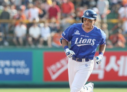 Lee Seung-yuop of the Samsung Lions rounds the bases after hitting a solo home run against the Hanwha Eagles in their Korea Baseball Organization regular season game at Hanwha Life Eagles Park in Daejeon on May 21, 2017. (Yonhap)