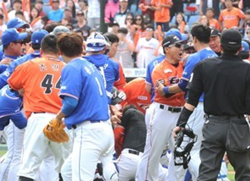 Players and coaches from the Samsung Lions (in blue) and the Hanwha Eagles are tangled up after Samsung starter Yun Sung-hwan hit Hanwha's Wilin Rosario with a pitch during their Korea Baseball Organization regular season game at Hanwha Life Eagles Park in Daejeon on May 21, 2017. (Yonhap)
