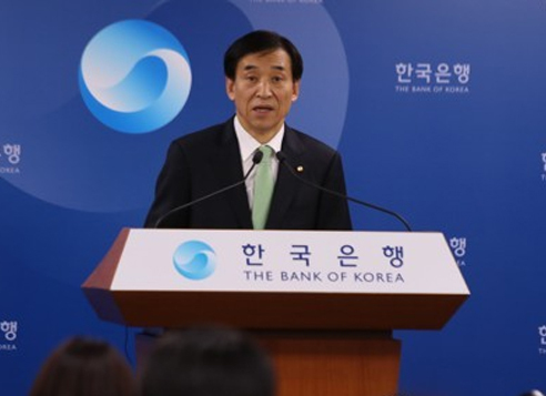Bank of Korea Gov. Lee Ju-yeol speaks during a press conference at the central bank building in Seoul on April 13, 2017, after a monthly policy meeting. (Yonhap)