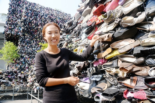 Hwang Ji-hae, garden designer and environmental artist, stands in front of her installation art Shoes Tree in front of Seoul Station on Monday. (Park Hyun-koo/The Korea Herald)