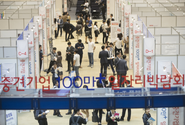 IN SEARCH -- Visitors attend a recruitment exhibition for mid-sized companies held at COEX in southern Seoul on Thursday. (Yonhap)