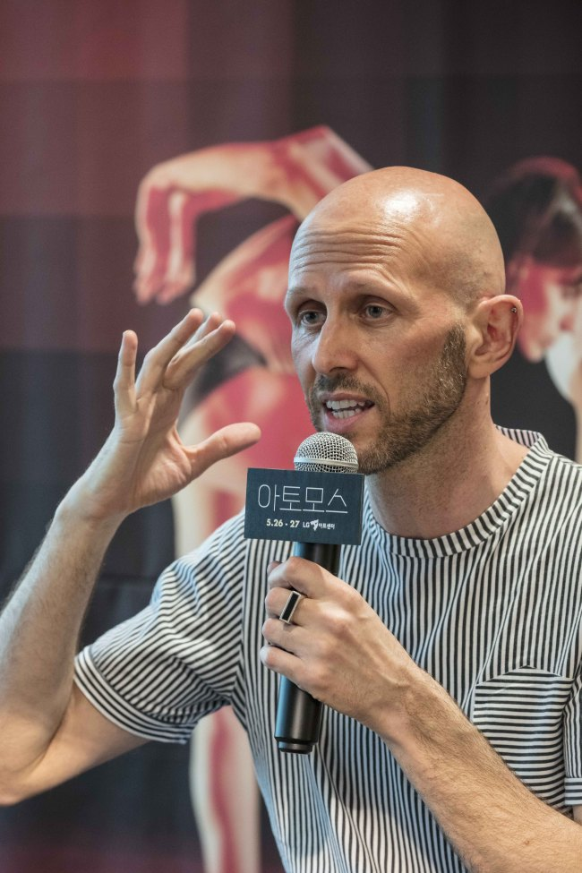 "Wayne McGregor speaks during a press conference for ""Atomos"" at LG Arts Center in Gangam-gu, Seoul on Thursday. (LG Arts Center)"