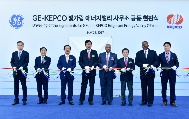 Kepco CEO Cho Hwan-eik (fourth from left) and GE Energy Connections CEO Russel Stokes (fourth from right) attend a ceremony to mark their new power supply project in Naju, South Jeolla Province, Thursday. (Kepco)