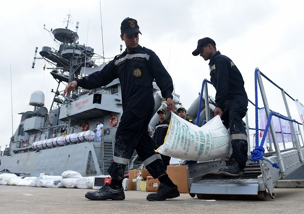 Indian Navy troops offload emergency supplies from the Indian ship Kirch at Colombo harbour in Colombo on May 27, 2017. (AFP-Yonhap)