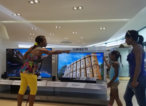 Visitors take look at Samsung Electronics Co.'s products at its brand shop based in Havana, Cuba, in this photo released by the company on May 29, 2017. (Yonhap)