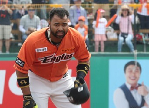 In this file photo taken on May 21, 2017, Wilin Rosario of the Hanwha Eagles stands on the second base bag after a double against the Samsung Lions in their Korea Baseball Organization regular season game at Hanwha Life Eagles Park in Daejeon. (Yonhap)