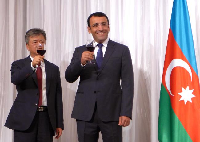 Azeri Ambassador to Korea Ramzi Teymurov (right) and Korea's Deputy Minister for Trade, Industry and Energy Lee In-ho (Joel Lee/The Korea Herald)