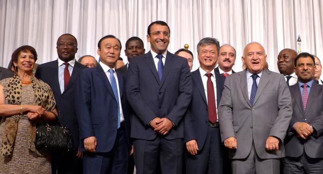 Azeri Ambassador to Korea Ramzi Teymurov (center) poses with foreign ambassadors (Joel Lee/The Korea Herald)