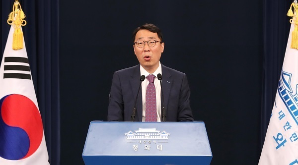 Yoon Young-chan, chief presidential press secretary, speaks during a press briefing at the presidential office Cheong Wa Dae on May 31, 2017. (Yonhap)