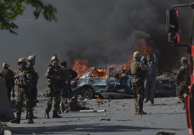 Afghan security forces personnel are seen at the site of a car bomb attack in Kabul on May 31, 2017. (AFP-Yonhap)