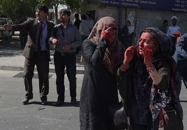 Wounded Afghan women and men gesture at the site of a car bomb attack in Kabul on May 31, 2017. (AFP-Yonhap)