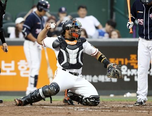 In this photo provided by the Hanwha Eagles baseball club, catcher Wilin Rosario throws the ball back to his pitcher Alexi Ogando (not pictured) during a Korea Baseball Organization regular season game against the Doosan Bears at Hanwha Life Eagles Park in Daejeon on May 31, 2017. (Yonhap)