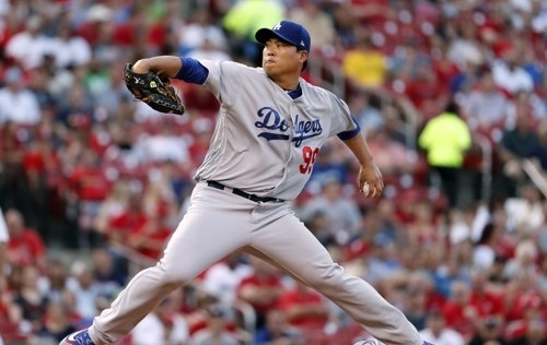 Ryu Hyun-jin of the Los Angeles Dodgers delivers a pitch against the St. Louis Cardinals in their Major League Baseball regular season game at Busch Stadium in St. Louis on May 31, 2017. (AP-Yonhap)