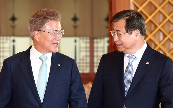 President Moon Jae-in (left) speaks with new National Intelligence Service Director Suh Hoon during a ceremony conferring an appointment certificate to Suh at the presidential office Cheong Wa Dae in Seoul on June 1, 2017. (Yonhap)