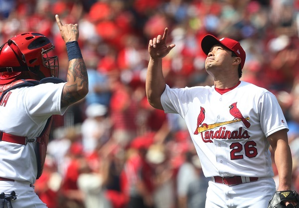 St. Louis Cardinals pitcher Oh Seung-hwan and catcher Yadier Molina celebrate a 2-0 win over the Los Angeles Dodgers at Busch Stadium in St. Louis on June 1, 2017. (UPI-Yonhap)
