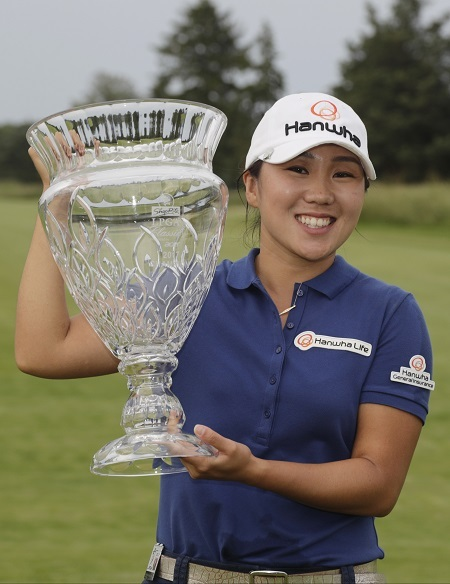 Kim In-kyung of South Korea poses with the champion`s trophy after winning the ShopRite LPGA Classic at Stockton Seaview Hotel and Golf Club`s Bay Course in Galloway, New Jersey, on June 4, 2017. (AP-Yonhap)