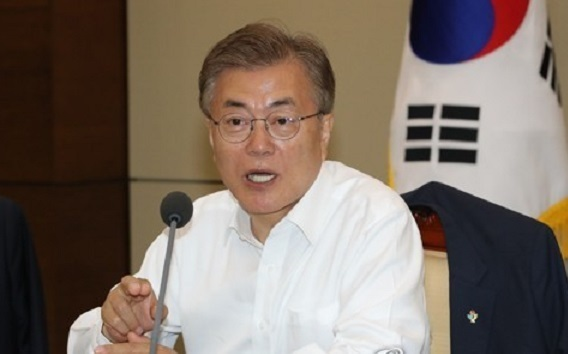 President Moon Jae-in speaks during a meeting with his senior aides at the presidential office Cheong Wa Dae in Seoul on June 1, 2017. (Yonhap)
