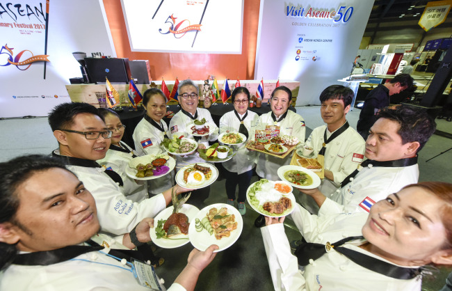 Ten celebrity chefs from ASEAN showcase their national delicacies at the ASEAN Culinary Festival 2017 at Coex in Seoul on Friday. (ASEAN-Korea Center)