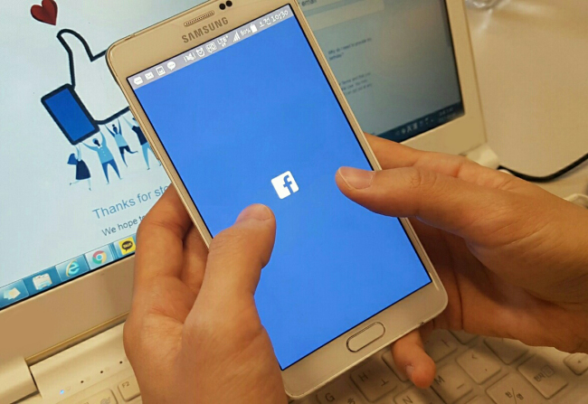 A Korean user opens the Facebook mobile app (Son Ji-hyoung/The Korea Herald)