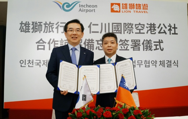 CALLING TAIWANESE TOURISTS -- Incheon Airport Corp. CEO Chung Il-young (left) poses with Taiwanese travel agency Lion Travel President Jerry Lin at the signing ceremony at the Grand Hyatt Hotel in Taipei, Taiwan Thursday. Incheon International Airport said Thursday that it had signed the agreement with Lion Travel to coordinate marketing efforts targeting Taiwanese tourists coming to Korea. Incheon Airport will offer exclusive deals and coupons for Lion Travel customers coming to the airport. Incheon Airport currently serves 12 airlines operating routes to Taiwan. (Incheon Airport)
