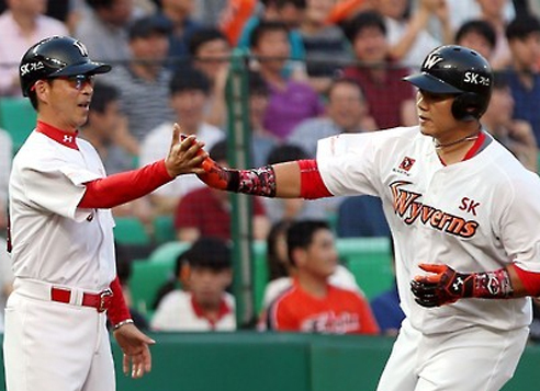 In this file photo taken on July 7, 2016, Choi Seung-jun of the SK Wyverns (R) celebrates a home run against the Hanwha Eagles in a Korea Baseball Organization regular season game at Incheon SK Happy Dream Park in Incheon. (Yonhap)