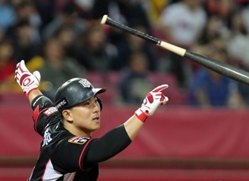 In this file photo taken May 10, 2017, Oh Jeong-bok of the KT Wiz watches his base hit against the Kia Tigers in their Korea Baseball Organization regular season game at Gwangju-Kia Champions Field in Gwangju. (Yonhap)