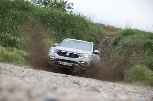 This photo taken on June 7, 2017, shows SsangYong Motor`s G4 Rexton SUV entering an off-road course in Paju, just northwest of Seoul. (Yonhap)