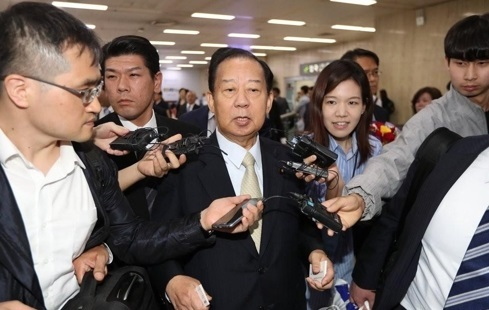 Toshihiro Nikai, secretary-general of the ruling Liberal Democratic Party, is surrounded by reporters at Gimpo Airport, outside Seoul, on June 10, 2017. (Yonhap)