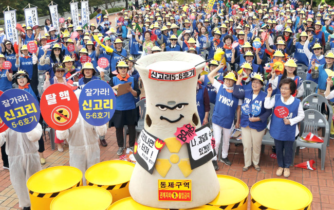 Civic groups stage protest in Busan demanding the government to orderhalt on construction of Shin Kori No.5 andNo.6.(Yonhap)