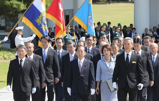 Toshihiro Nikai (center), special envoy for Japanese Prime Minister Shinzo Abe, and other Japanese officials visit the Seoul National Cemetery on June 12, 2017. (Yonhap)